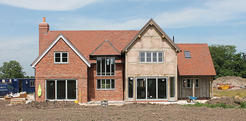 4 bedroom and 5 bedroom oak framed houses with large detached garage and annexe. Due for completion September 2018.